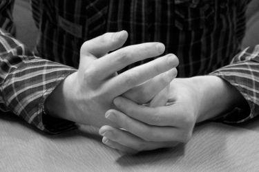 Крутит кольцо на безымянном пальце - нервничает!