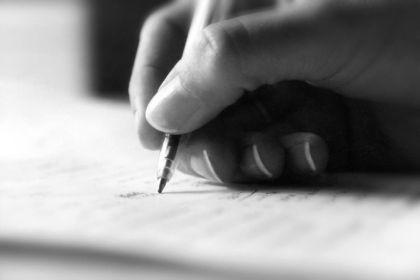 Девушка пишет письмо парню
