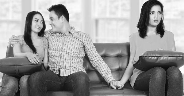 Жена с подругой при муже