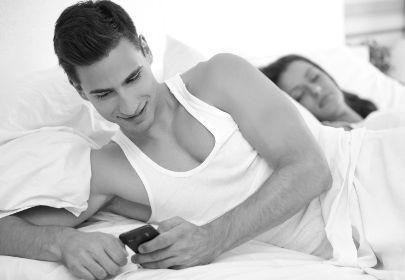 Муж изменяет с соседкой пока жена на работе