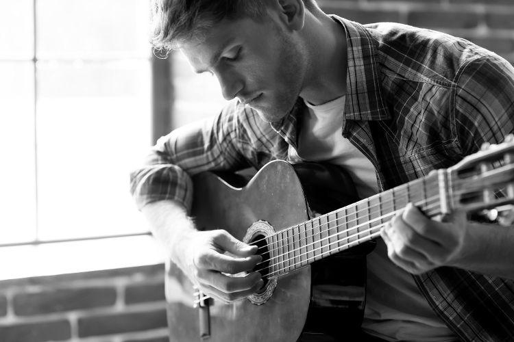 Гитарист всегда притягивает внимание женщин