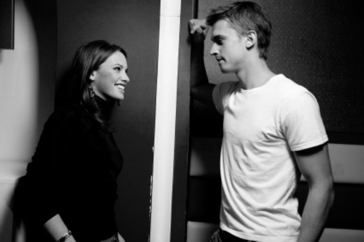 Влюбленный как знакомится с девушкой стеснительный парень
