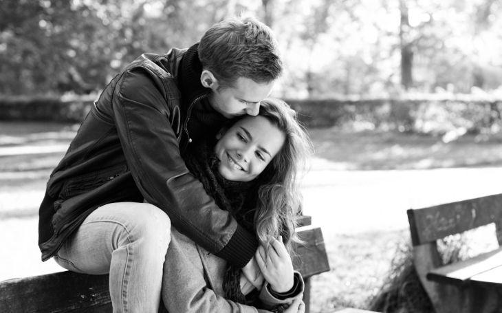 Парень целует любимую девушку