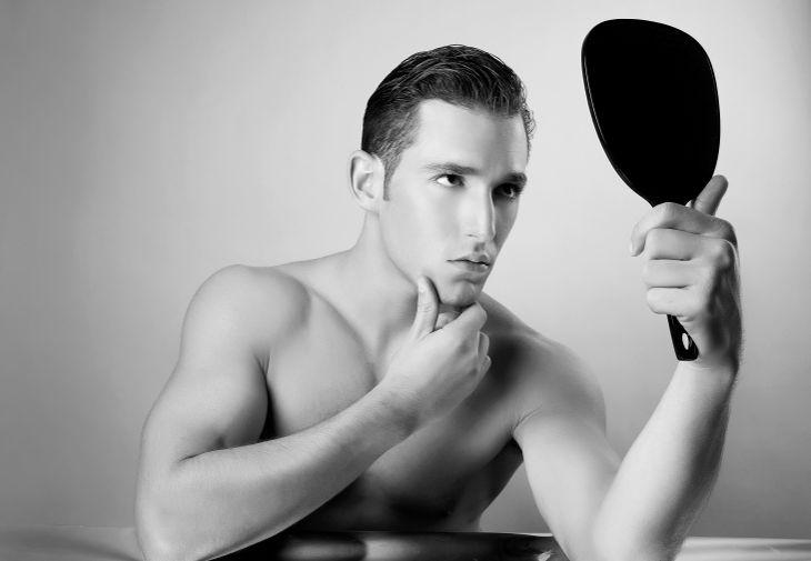 Человек-нарцисс обожает себя
