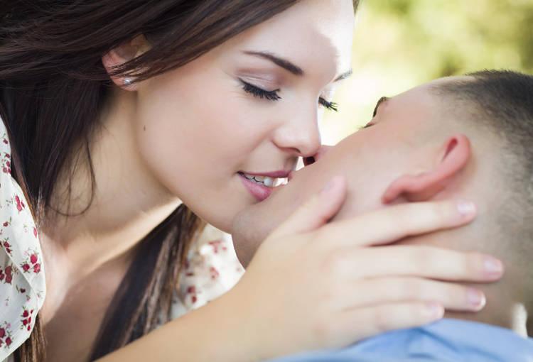 Нежный поцелуй девушки