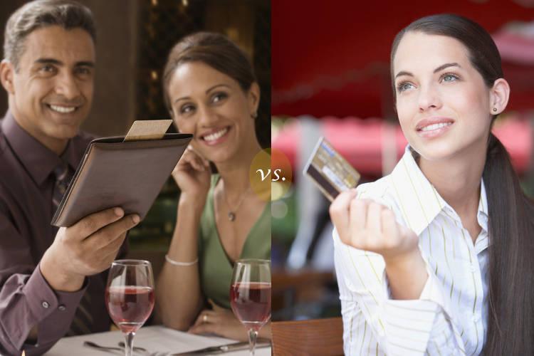 мужчина дает женщине деньги в долг