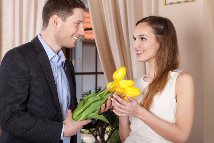 Мужчина дарит подарки женщине