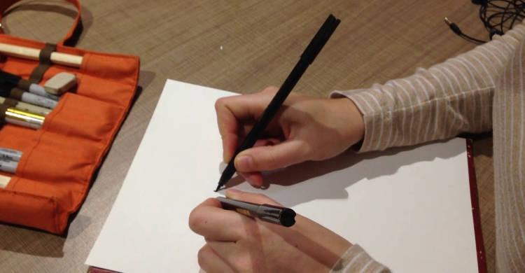 Амбидекстр пишет обоими руками одновременно и по раздельности