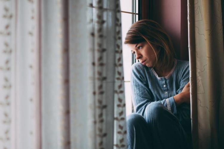 Девушка у окна в депрессии