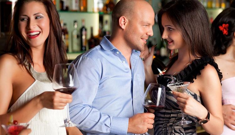 Флирт с парнем в баре