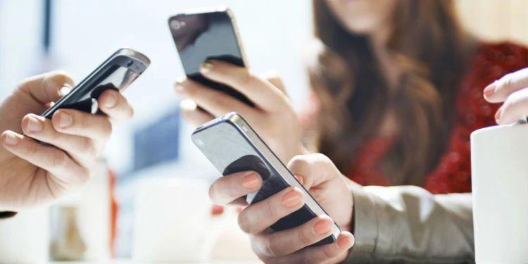 Фаббинг - постоянное отвлечение от разговора с собеседником на свой телефон или гаджет